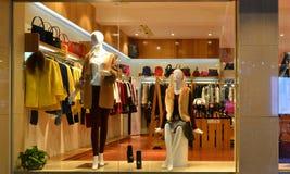 Forme la ventana de exhibición del boutique con los maniquíes, ventana de la venta de la tienda, frente de la ventana de la tiend Foto de archivo libre de regalías