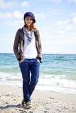 Forme a las mujeres jovenes en la playa en día asoleado. Imagenes de archivo