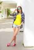 Forme a llevar bonito de la chica joven las gafas de sol y la camisa Fotos de archivo