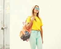 Forme a llevar de la mujer bastante joven las gafas de sol y la camiseta Foto de archivo libre de regalías
