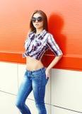 Forme a llevar modelo bonito de la mujer las gafas de sol y la camisa a cuadros Imagen de archivo