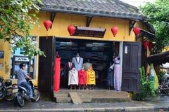 Forme a loja situada na cidade velha em Hoian, Vietname fotos de stock royalty free