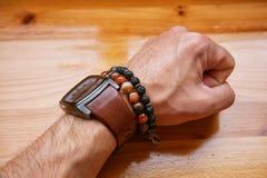 Forme a los hombres, reloj, pulsera, ágata de piedra volcánica de la piedra de la pulsera Imágenes de archivo libres de regalías