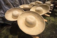 Forme los sombreros de fieltro presionados Fotos de archivo