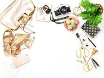 Forme los zapatos del bolso de los accesorios de las compras de la venta de la endecha del plano Imágenes de archivo libres de regalías
