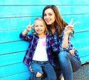 Forme a mãe do retrato e a filha de sorriso da criança que têm o divertimento fotografia de stock royalty free
