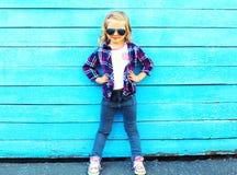 Forme a menina da criança que levanta em um azul de madeira Fotografia de Stock Royalty Free