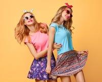 Forme a menina engraçada louca tendo o divertimento, dança amigos Imagens de Stock