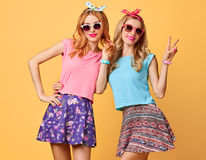 Forme a menina engraçada louca tendo o divertimento, dança amigos Imagem de Stock Royalty Free
