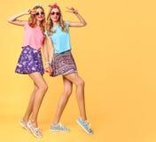 Forme a menina engraçada louca tendo o divertimento, dança amigos Foto de Stock Royalty Free