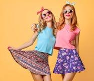 Forme a menina engraçada louca tendo o divertimento, dança amigos imagem de stock