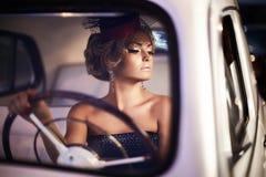 Forme a menina no estilo retro que levanta no carro velho fotos de stock royalty free