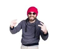 Forme a moderno o homem fresco nos óculos de sol e na roupa colorida, falando no telefone e expresse emoções diferentes fotos de stock royalty free