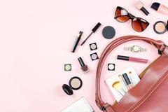 Forme a mujer la endecha plana femenina con los productos de belleza y los accesorios en fondo rosado, copian el espacio imágenes de archivo libres de regalías
