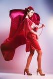 Forme a mulher asiática que veste o quimono vermelho japonês tradicional fotos de stock royalty free
