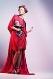 Forme a mulher asiática que veste o quimono vermelho japonês tradicional Imagem de Stock Royalty Free