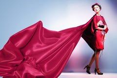 Forme a mulher asiática que veste o quimono vermelho japonês tradicional. Gei Imagens de Stock