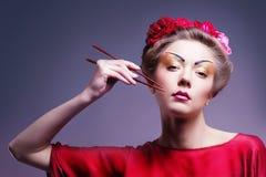 Forme a mulher asiática que veste o quimono vermelho japonês tradicional. Gei Imagem de Stock Royalty Free
