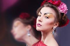 Forme a mulher asiática que veste o quimono vermelho japonês tradicional. Gei Imagens de Stock Royalty Free