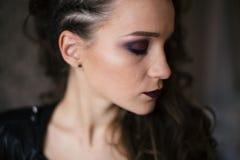 Forme a mulher a cara modelo com composição brilhante do encanto Imagem de Stock Royalty Free