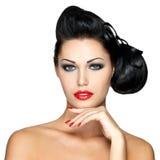 Forme a mulher com bordos vermelhos, pregos e penteado criativo Fotografia de Stock Royalty Free