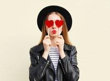 Forme a mulher consideravelmente doce que tem o divertimento com o pirulito sobre o branco Fotos de Stock Royalty Free