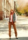 Forme a mulher no estilo retro em uma rua da cidade no outono fotos de stock