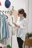 Forme a mulher que escolhe uma parte para a coleção nova com dígito Fotos de Stock Royalty Free