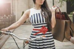 Forme a mulher vestida em vestido listrado com sacos Imagem de Stock Royalty Free