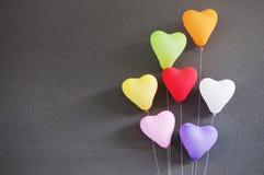 Forme multicolore de coeur de ballons sur le fond gris Photos libres de droits