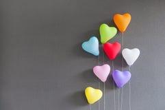 Forme multicolore de coeur de ballons sur le fond gris Photo libre de droits