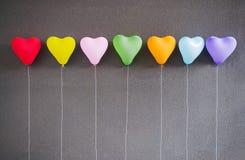 Forme multicolore de coeur de ballons sur le fond gris Photographie stock