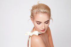 Forme naturelle de corps nu de maquillage de belle femme blonde Photo libre de droits