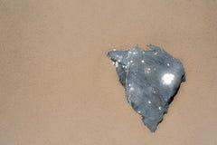 Forme noire de coeur de roche sur l'effet de lueur de sable Images libres de droits