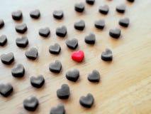 Forme noire de coeur faite à partir de la bougie sur la table en bois Photographie stock