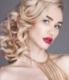 Forme a Nude da beleza a mulher loura em um fundo claro Sagacidade da menina Fotos de Stock