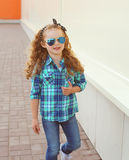 Forme o conceito da criança - criança à moda da menina que veste uma camisa fotos de stock royalty free