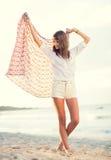 Forme o estilo de vida, jovem mulher bonita na praia no por do sol foto de stock royalty free