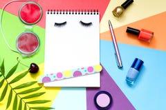 Forme o fundo do blogue do estilo de vida do sumário da beleza dos cosméticos com caderno e acessórios foto de stock