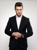 Forme o homem de negócios novo no terno preto Imagens de Stock