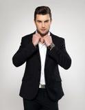Forme o homem de negócios novo no terno preto Fotografia de Stock