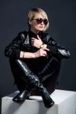 Forme o olhar da mulher bonita nova no casaco de cabedal e na bota Fotografia de Stock Royalty Free