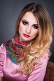 Forme o retrato da arte da mulher loura bonita com cabelo encaracolado, s Fotografia de Stock Royalty Free