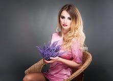Forme o retrato da arte da mulher loura bonita com cabelo encaracolado, s Imagens de Stock Royalty Free