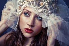 Forme o retrato da beleza da jovem mulher bonita nova com composição e das sardas em sua cara Fotos de Stock