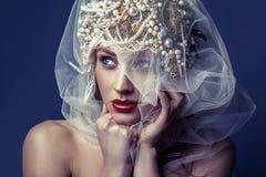 Forme o retrato da beleza da jovem mulher bonita nova com composição e das sardas em sua cara Foto de Stock Royalty Free