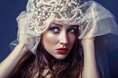 Forme o retrato da beleza da jovem mulher bonita nova com composição e das sardas em sua cara Fotografia de Stock