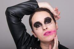 Forme o retrato da fêmea nova com composição excêntrica foto de stock