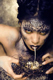 Forme o retrato da jovem mulher bonita com criativo compõem como uma serpente Fotografia de Stock Royalty Free