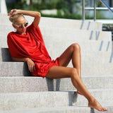 Forme o retrato da menina à moda elegante em um vestido vermelho e cantada Imagens de Stock Royalty Free
